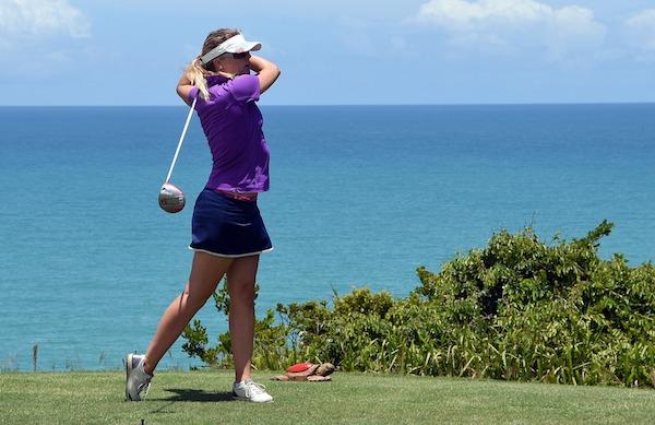 golfschwung mit junger golferin